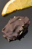Fractionnements d'amande en chocolat foncé images libres de droits