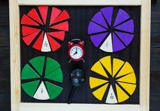 Fractions colorées de maths sur le fond ou la table en bois maths intéressantes pour des enfants Éducation, de nouveau au concept image stock