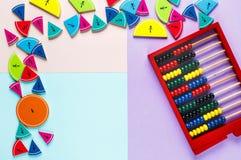 Fractions colorées de maths sur les milieux lumineux jaunes et bleus maths intéressantes pour des enfants Éducation, de nouveau a image stock