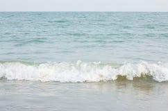 Fractura colorida hermosa de la ola oceánica Fotografía de archivo