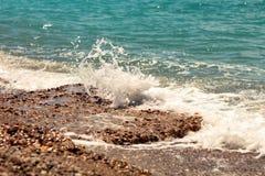 Fractura de espuma iluminada por el sol del mar de las ondas grandes Fotografía de archivo