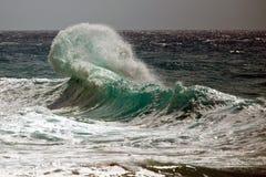 Fractura de la ola oceánica Fotos de archivo libres de regalías