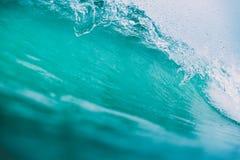 Fractura de la onda azul en el océano Onda cristalina y cielo nublado Imagen de archivo