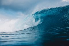 Fractura de la onda del barril en el océano Onda y cielo azules con las nubes en Bali Foto de archivo libre de regalías