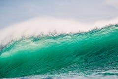 Fractura de la onda del barril en el océano Onda y luz de fractura, grandes del sol Foto de archivo