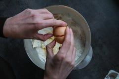 Fractura de un huevo Imagen de archivo libre de regalías