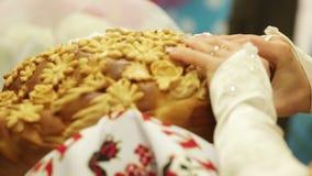 Fractura del pan de la boda almacen de metraje de vídeo