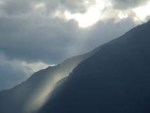 Fractura ligera sobre las montañas Imágenes de archivo libres de regalías