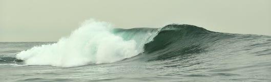 Fractura potente de la ola oceánica Onda en la superficie del océano Roturas de la onda en un banco bajo Imagen de archivo libre de regalías