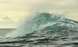 Fractura potente de la ola oceánica Onda en la superficie del océano Roturas de la onda en un banco bajo Fotos de archivo libres de regalías