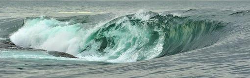 Fractura potente de la ola oceánica Onda en la superficie del océano Roturas de la onda en un banco bajo Foto de archivo
