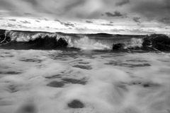 Fractura tempestuosa de las ondas del mar Fotografía de archivo libre de regalías