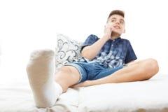 Fracture de plâtre de blessure à la jambe, accident images stock