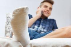 Fracture de plâtre de blessure à la jambe, pied photographie stock libre de droits