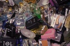 Fragancia, aroma, botellas de perfume del concepto de la belleza de la moda de la perfumería del desodorante en el kyiv, Ucrania foto de archivo libre de regalías