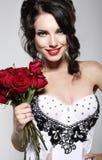 Fragancia. Mujer joven hermosa que sostiene el ramo de rosas rojas. Día de San Valentín Imagen de archivo