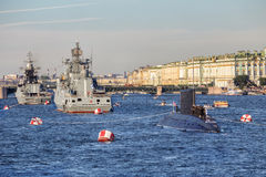 Fragata de almirante Makarov, Stoykiy corbeta y Dmitrov submarino diesel-eléctrico en el día de la flota rusa en St Petersburg imagen de archivo