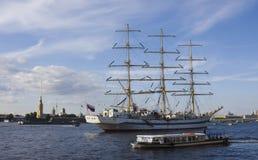 Fragata escorada no rio de Neva, St. Persburg. Imagens de Stock Royalty Free