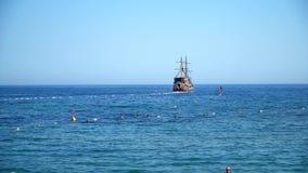 Fragata turística, navegando en el mar azul almacen de metraje de vídeo