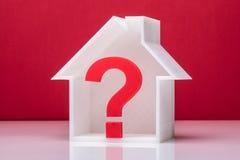 Frage Mark Symbol Inside House Model stockbilder