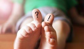 Frage und Ausrufezeichen auf den Fingern, zeichnend auf die Füße der Kinder, Positiv lizenzfreies stockbild