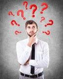 Fragen runden einen Kopf Lizenzfreie Stockfotos