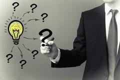 Fragen und Glühlampe der Lösungsidee stockfotografie