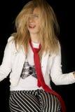 Fragende blonde Frau mit dem unordentlichen Haar, das sich hinsetzt Lizenzfreie Stockbilder