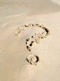 Fragenzeichen auf Sand Lizenzfreies Stockfoto