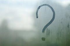 Fragezeichen auf dem eingenebelten Glas stockfotografie