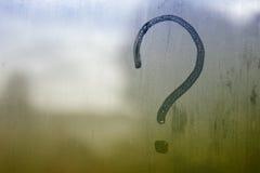 Fragezeichen auf dem eingenebelten Glas lizenzfreie stockfotos
