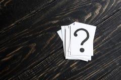 Fragezeichen auf Papier Lizenzfreie Stockfotos