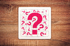 Fragezeichen auf Puzzlen Stockfotografie