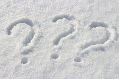 Fragezeichen auf weißem Schnee, Abschluss oben, Kopienraum stockfoto