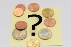 Fragezeichen hinter dem Geld Stockfoto