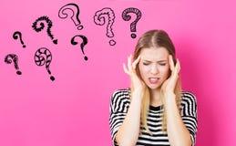 Fragezeichen mit dem Gefühl der jungen Frau betont Lizenzfreies Stockfoto
