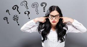 Fragezeichen mit oung Frau, die ihre Ohren blockiert Stockfoto