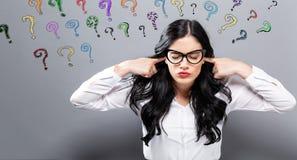 Fragezeichen mit oung Frau, die ihre Ohren blockiert Stockbild