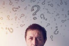 Fragezeichen, nach Antworten suchend Stockbilder