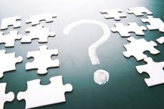 Fragezeichen- und Puzzlespielstücke Stockfoto