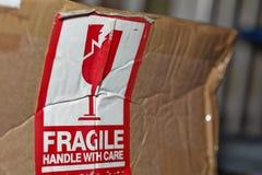 Fragile manipulez avec le signe de soin photographie stock libre de droits