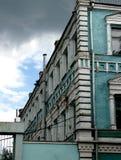 Fragmen pintados blancos y verdes históricos de la esquina del edificio de ladrillo Fotografía de archivo