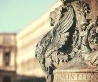 Fragment architectural à ailes de statue de lion de Venise Détail de lion à ailes dans le mât de drapeau sur Piazza San Marco, Ve photographie stock