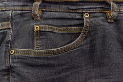 Fragment av överkanten av den använda svarta jeansen Arkivbild