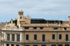 Fragment av antik byggnad med takvåningen Royaltyfria Bilder