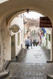 Fragment av den Azilului gatan nära till den lilla fyrkanten i en regnig dag Sibiu stad i Rumänien Arkivfoton