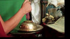 Fragment av den buddistiska pujaen (bön) med cymbaler och den sakrala symbolcloseupen lager videofilmer