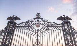 Fragment av den dekorativt dekorerade porten med lyktor och dekorativa örnar - övreingången till den Bahai trädgården på sten Arkivbild