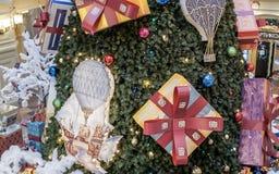 Fragment av den dekorerade julgranen i shoppinggalleria royaltyfria foton