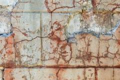 Fragment av den gamla delvis förstörda stuckaturväggen Nära fors Fotografering för Bildbyråer